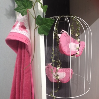 cape de bain rose et trousse de toilette oiseau